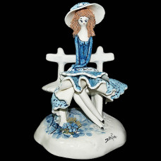 Дама в голубом на скамье