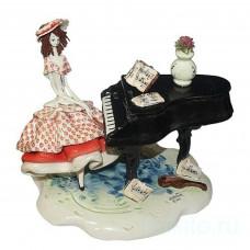 Дама в красном за роялем
