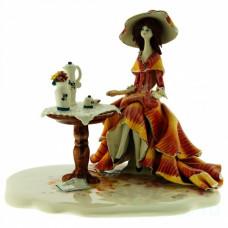 Дама за кофейным столиком